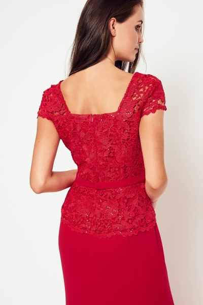 Długa elegancka sukienka w kolorze czerwonym